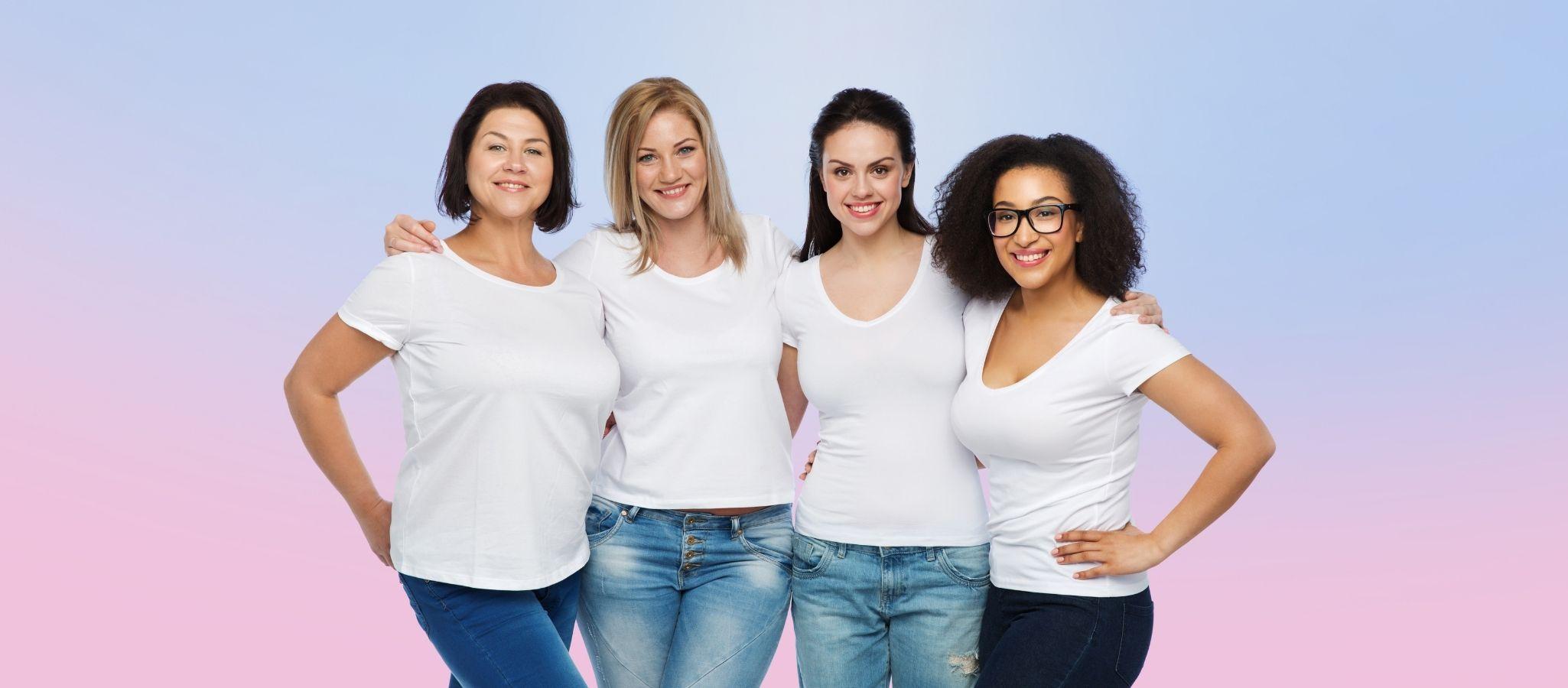 """Quatro mulheres de idade diferente vestindo t-shirt branco e jeans azul, em pé e sorrindo, o fundo é claro colorido com rosa no fundo e azul no topo, o artigo é chamado de """"Melhores estratégias sobre como namorar uma mulher, namorar um namoro sénior e on-line"""""""