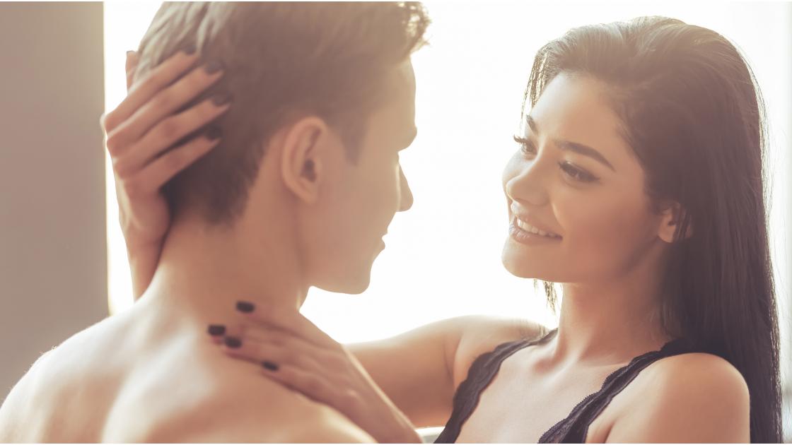 couple devant une fenêtre lumineuse, il est à gauche, ils se regardent dans les yeux, elle sourit, elle a un haut noir et des ongles peints en noir, scène très sensuelle, sexe et romance est le titre de cet article