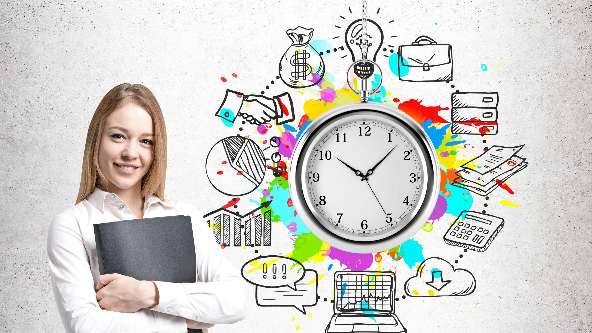 Gestão do tempo para empreendedores Imagem mostra uma jovem que usa mangas brancas sorrindo enquanto segura uma pasta preta. Imagem da jovem ao lado de um gráfico interessante de um grande relógio sorrounded por ilustrações de lâmpada, saco, mão, saco de dólar, computador, papéis etc