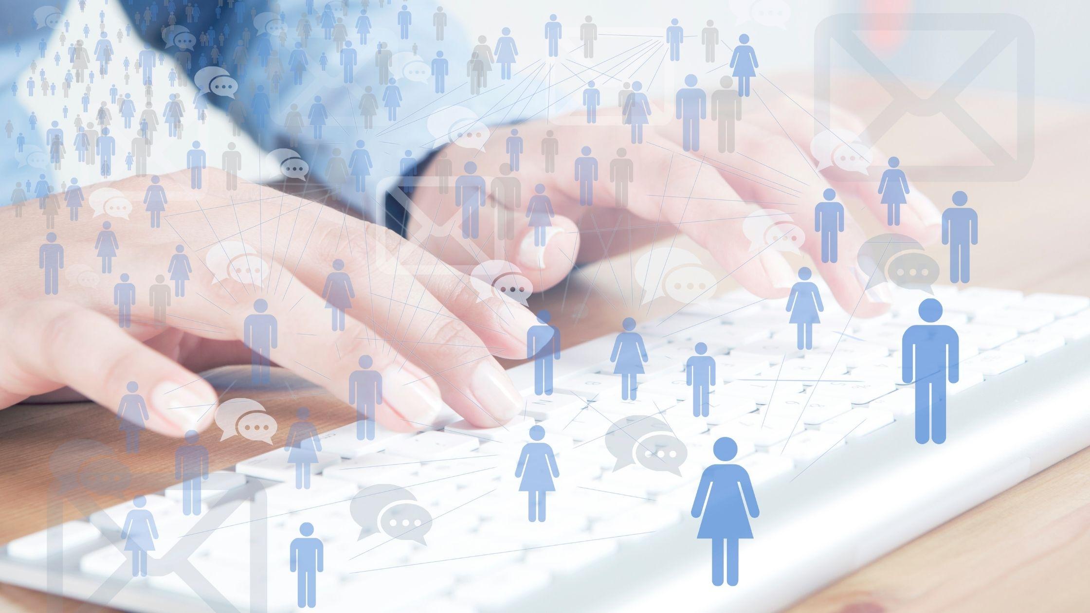 Comment faire des annonces sur Facebook L'image montre les mains d'une femme sur un clavier d'ordinateur et un graphique superposé d'un dessin bleu ressemblant à un humain connecté avec des lignes et une icône de chat montrant un réseau humain sortant dans les airs.